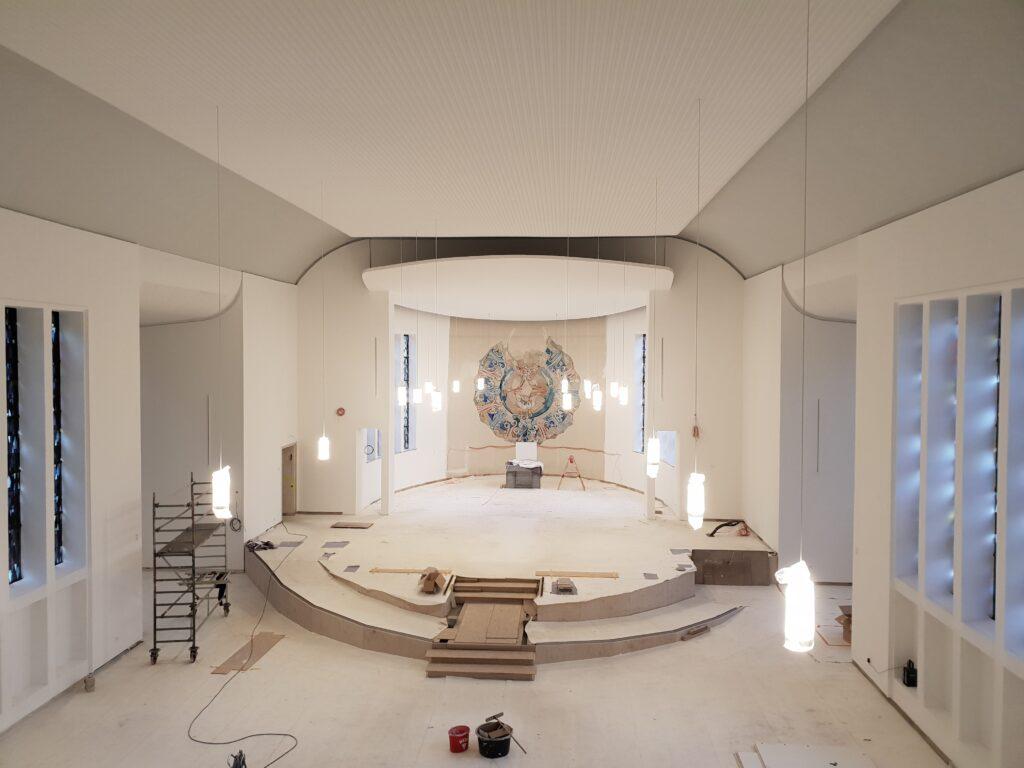 Die Malerarbeiten sind abgeschlossen, die Lampen aufgehängt.