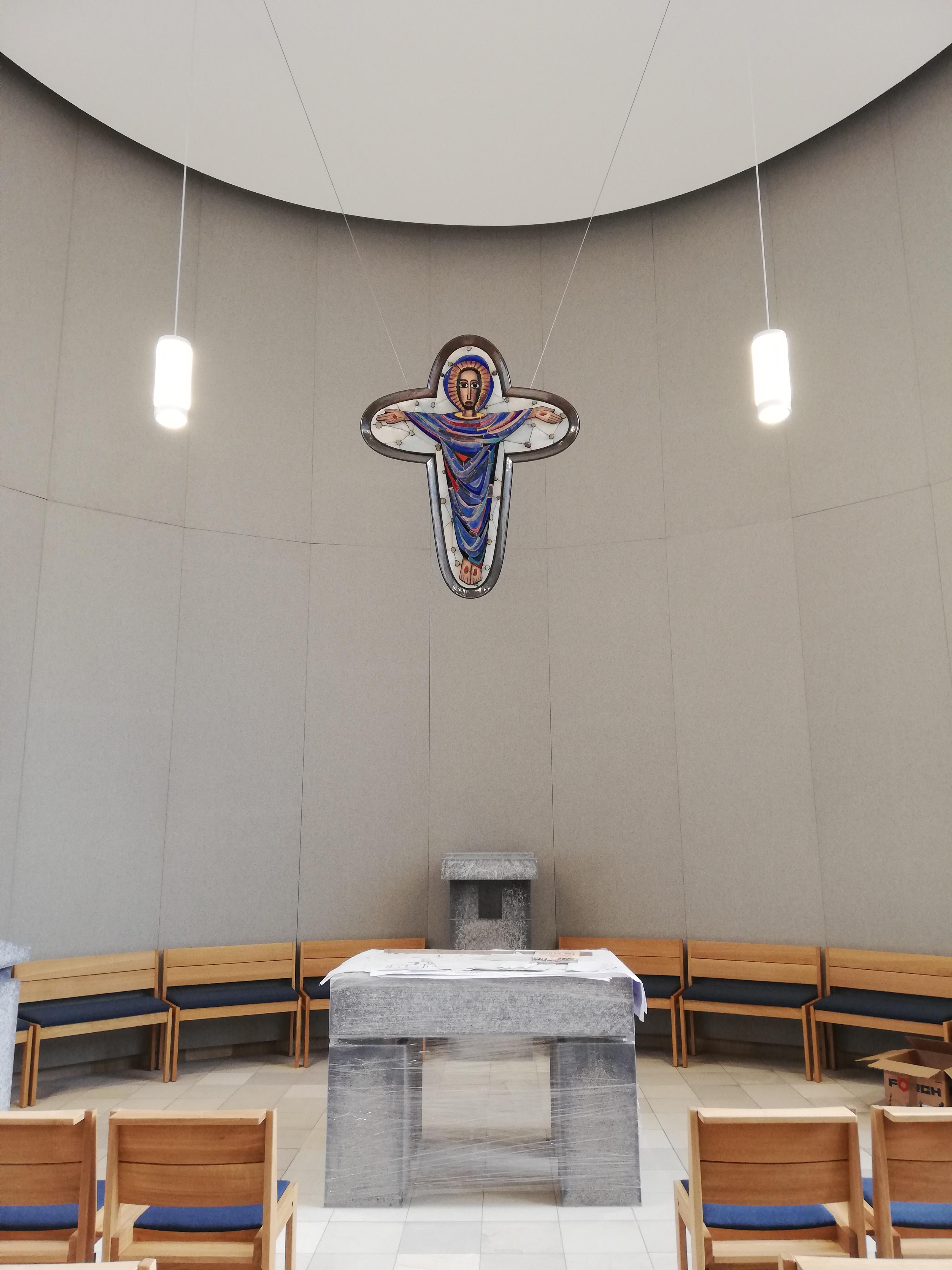 Blick auf das Auferstehungskreuz im Altarraum