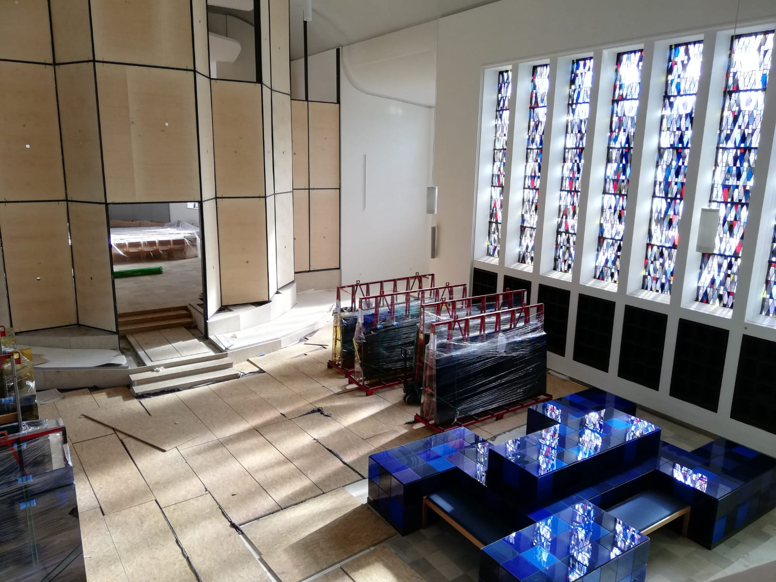Die Glaswand, provisorisch mit Holzplatten versehen