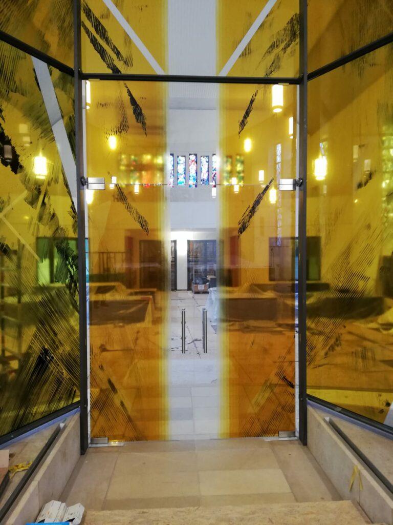 Blick von der Glaswand zum Kolumbarium